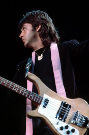 paul mccartney con basso rickenbacker